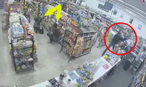 Nữ nhân viên nhanh tay giật súng tên cướp - 2