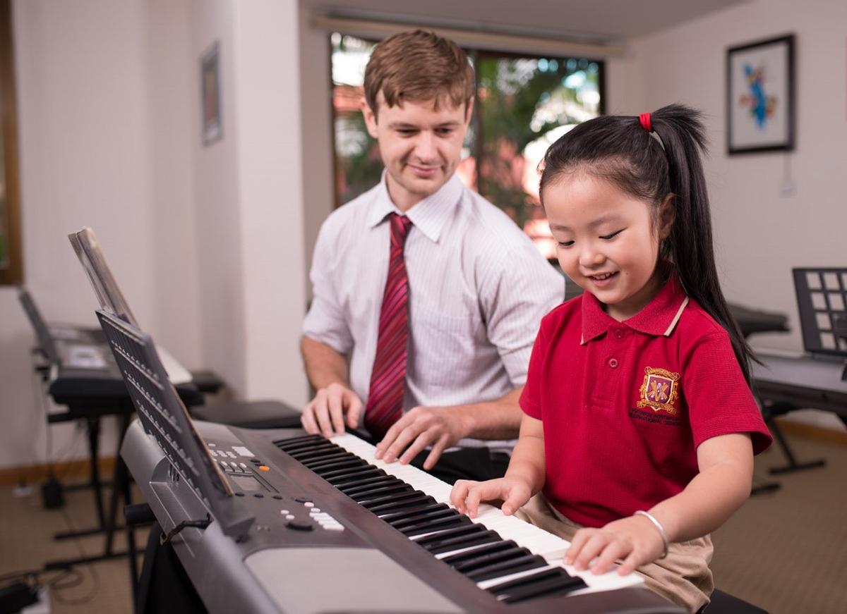 Học sinh trong một giờ học năng khiếu đàn piano tại trường. Xin tên người chụp.