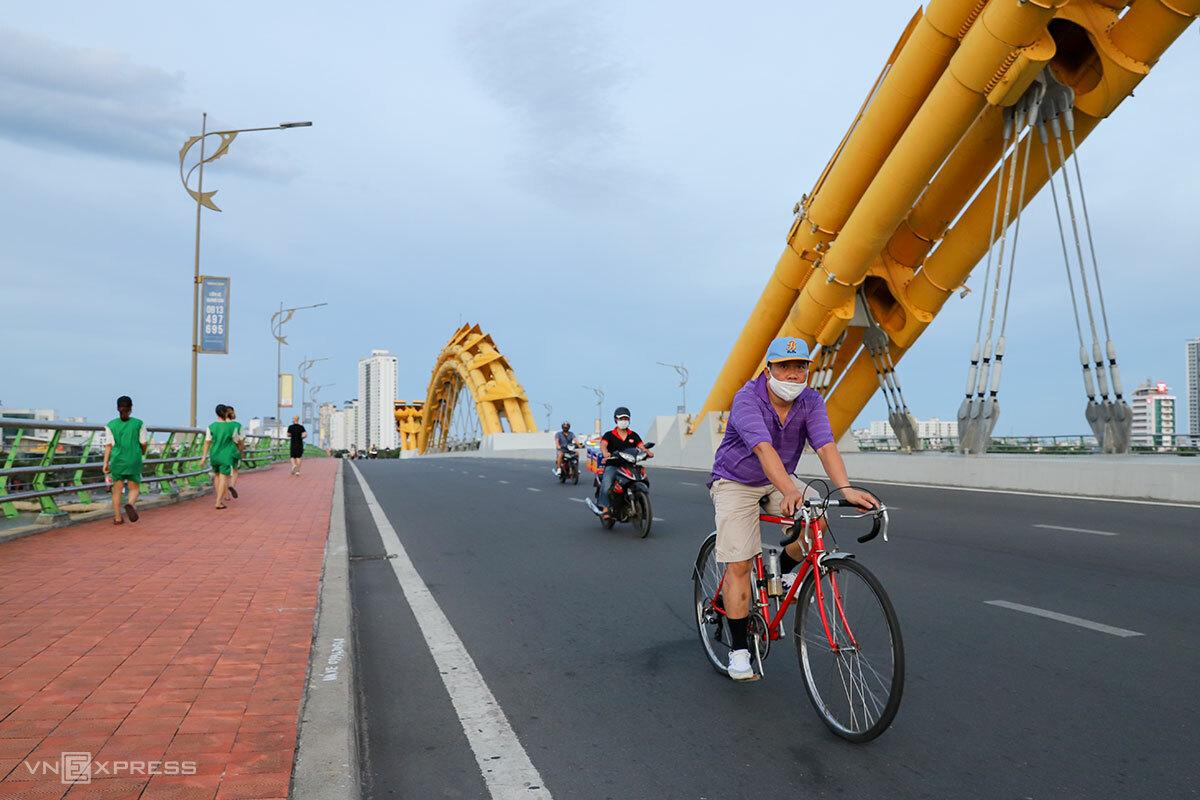 Người dân ra đường tập thể dục, đạp xe sẽ bị xử phạt hành chính. Ảnh: Nguyễn Đông.