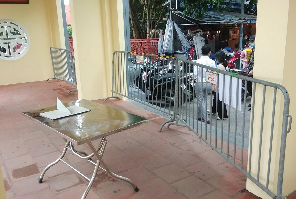 Phủ Tây Hồ tạm thời đóng cửa vì khách đến lễ quá đông. Ảnh: Giang Huy.