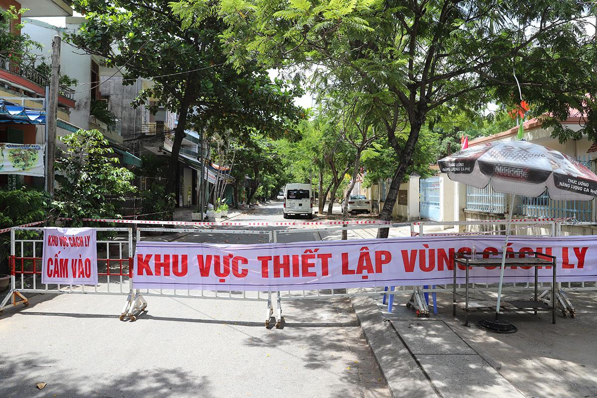 Nhiều khu vực dân cư ở Đà Nẵng đang phải phong toả để khoang vùng, truy vết nCoV. Ảnh: Ngọc Trường.