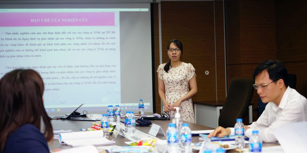 Học viên MBA bảo vệ đề tài trước hội đồng chuyên môn của trường vào giữa tháng 8. Ảnh: Vũ Ngọc Mạnh.