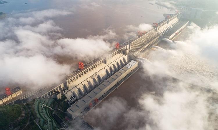 Đập Tam Hiệp ở tỉnh Hồ Bắc, miền trung Trung Quốc, xả lũ hồi tháng 7. Ảnh: CNN.