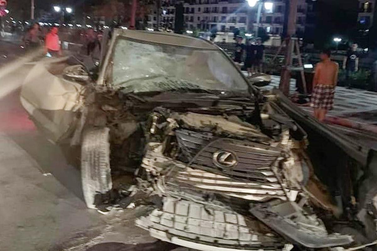 Chiếc xe Lexus sau khi gây tai