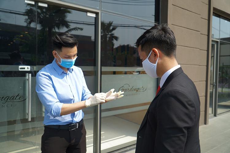 Khách hàng đeo găng tay trước khi nhận xe lái thử tại Kia Việt Nam.