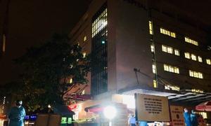 Rào chắn khoanh vùng bệnh viện E trong đêm