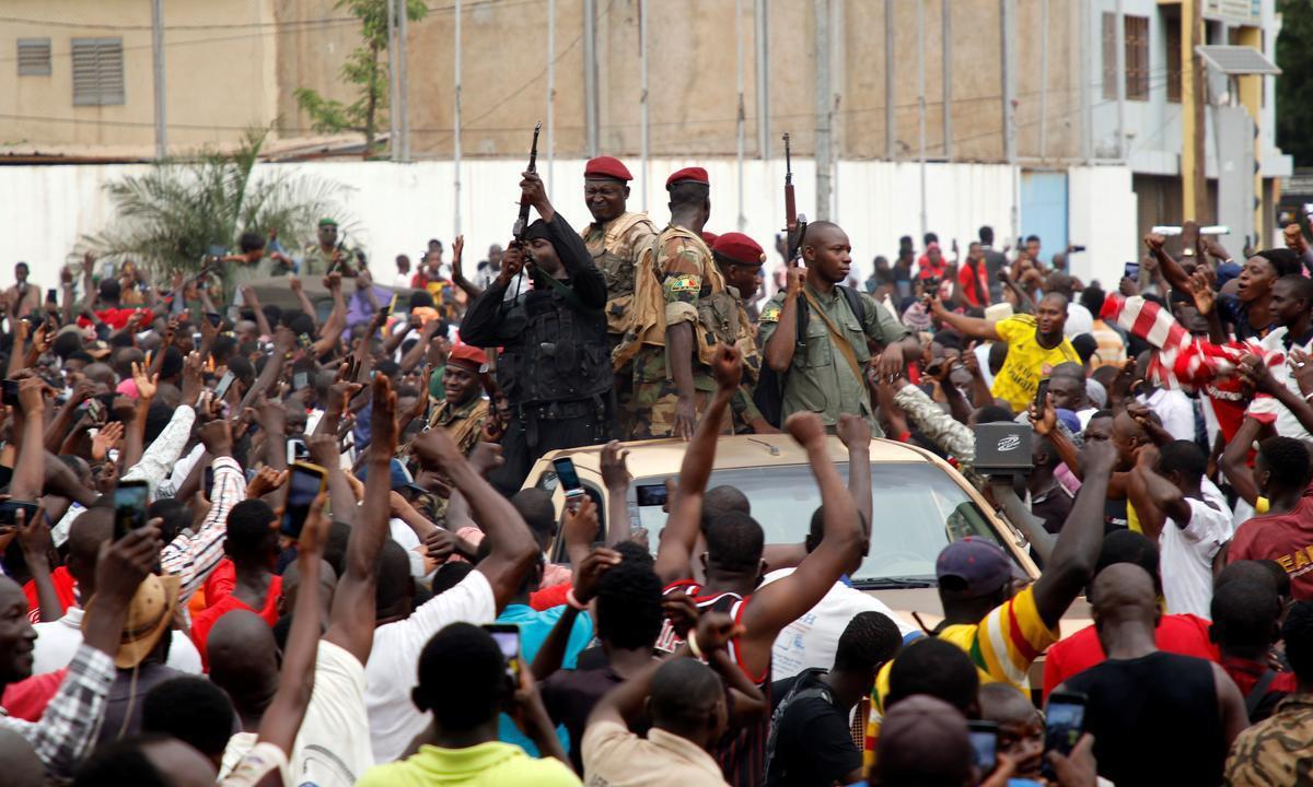 Đám đông tung hô các binh sĩ quân đội Mali tại Quảng trường Độc lập ở thủ đô Bamako sau cuộc binh biến hôm 18/8. Ảnh: Reuters.