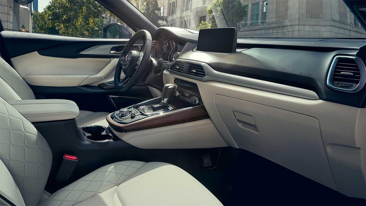 Nội thất tinh chỉnh với nâng cấp màn hình giải trí và ứng dụng công nghệ. Ảnh: Mazda