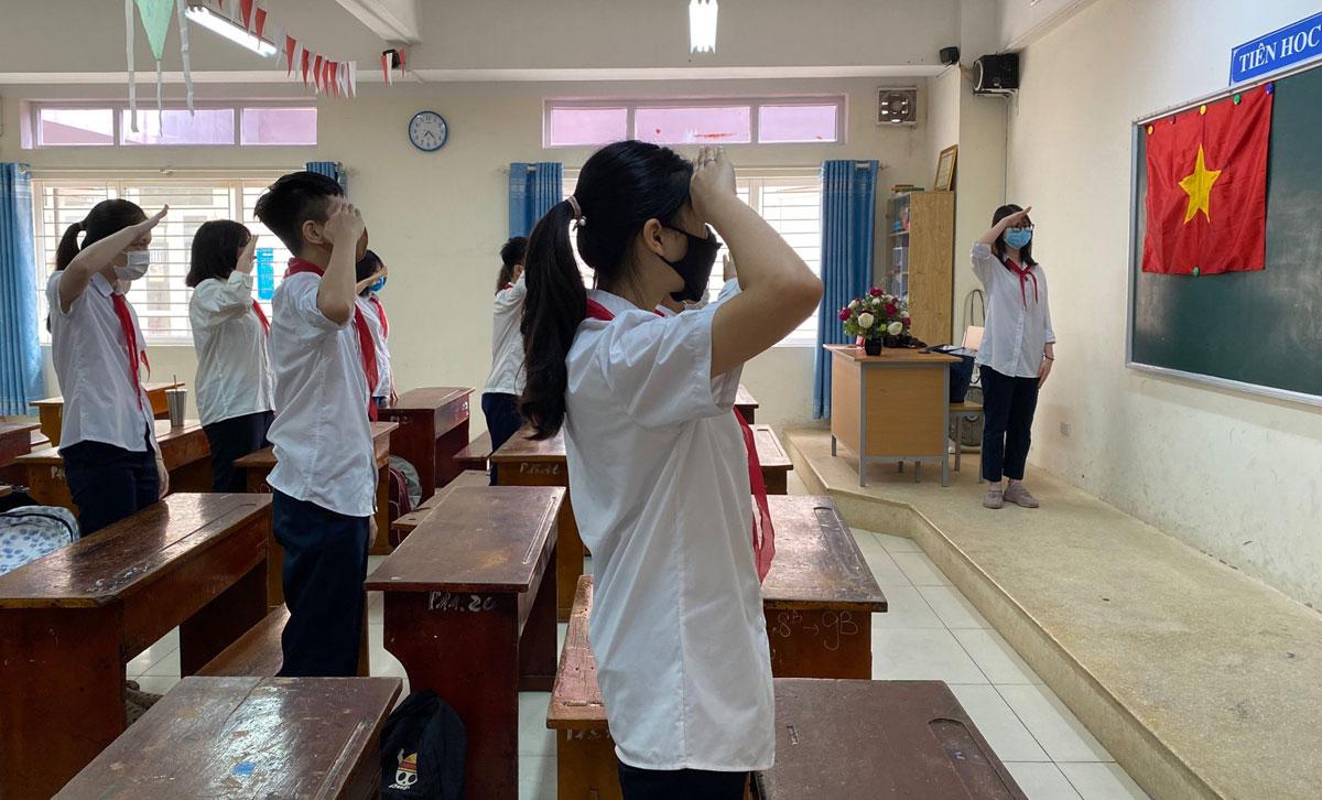 Học sinh trường THCS Phan Chu Trinh, quận Ba Đình, Hà Nội, tổ chức lễ chào cờ đầu tuần ngày 4/5, ngày đi học đầu tiên sau 3 tháng nghỉ phòng dịch. Ảnh: Trường THCS Phan Chu Trinh.