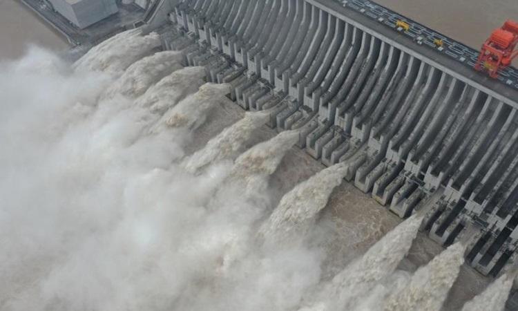 Đập Tam Hiệp ở tỉnh Hồ Bắc, Trung Quốc mở 11 cửa xả lũ hôm nay. Ảnh: China News.
