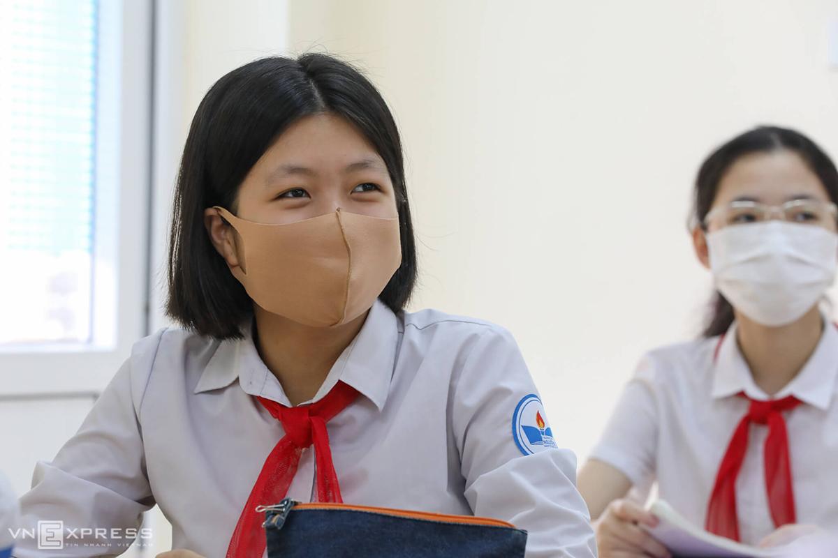 Học sinh trường THCS Nguyễn Du (Nam Từ Liêm, Hà Nội) trong ngày quay trở lại trường hồi tháng 5 sau ba tháng nghỉ phòng Covid-19. Ảnh: Ngọc Thành.