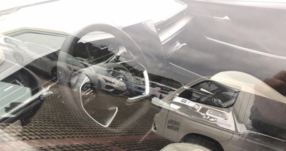 Nội thất với vô lăng được làm dạng phẳng đáy màn hình lớn và cần số dạng nút bấm