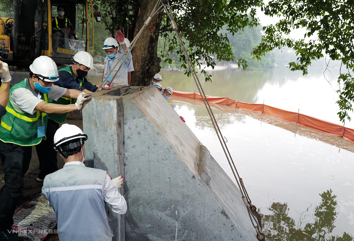 Cấu kiện bê tông cuối cùng được khớp nối vào tuyến kè hồ Gươm sáng 20/8. Ảnh: Ngọc Thành.
