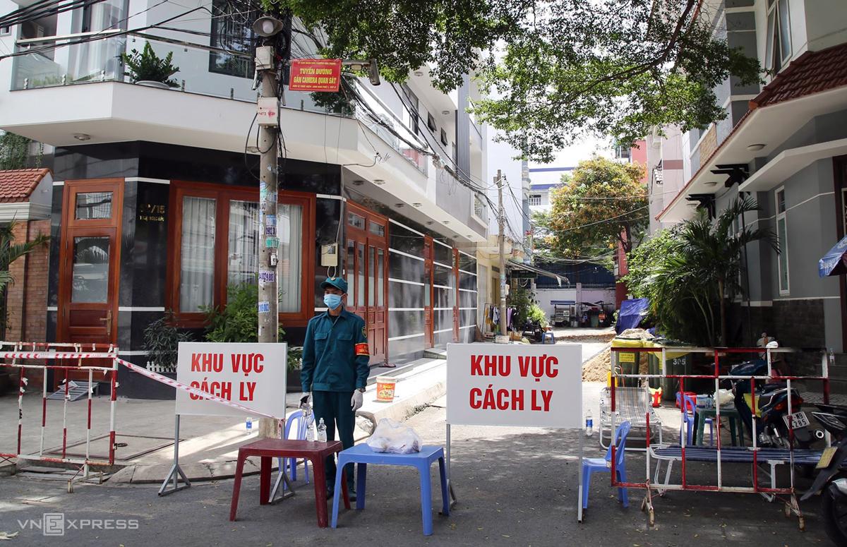 Khu vực 17 căn nhà bị phong tỏa trên đường Thoại Ngọc Hầu, quận Tân Phú, chiều 20/8. Ảnh: Đình Văn.