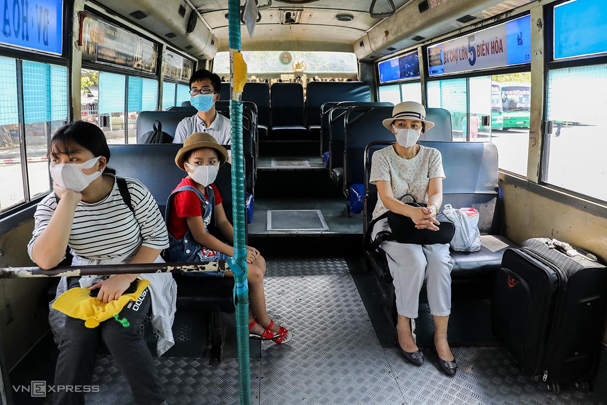 Tuyến xe buýt số 5 (Chợ Lớn - Biên Hòa) hoạt động trở lại ngày 28/4 sau khi TP HCM hết cách ly xã hội. Ảnh:Quỳnh Trần.