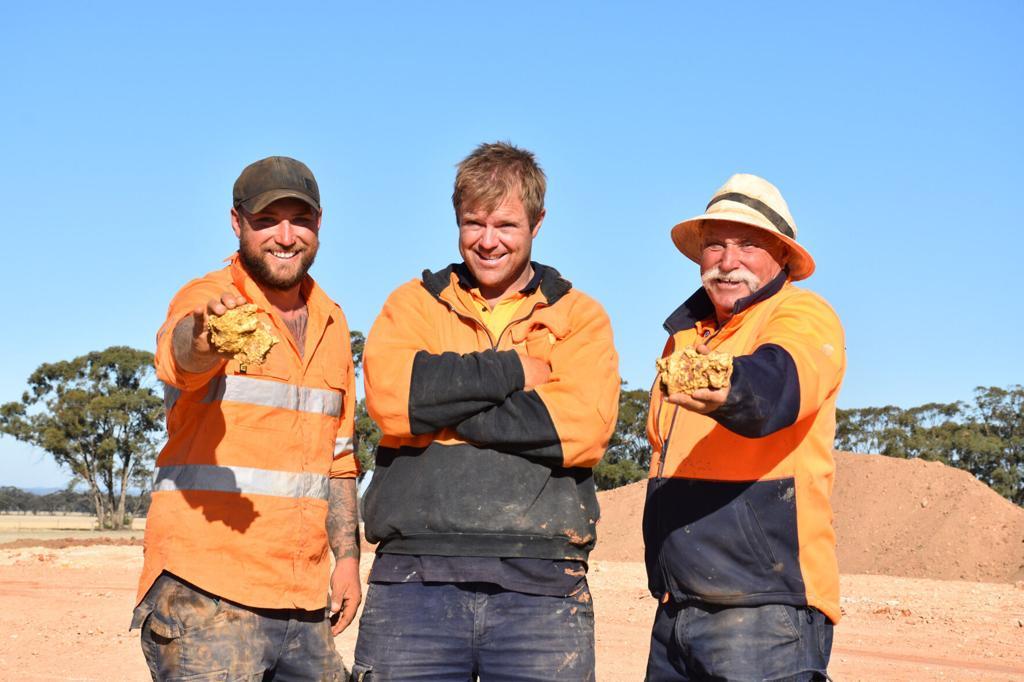 Ba thợ đào vàng và hai cục vàng tìm thấy ở bang Victoria, Australia. Ảnh: Discovery Channel.