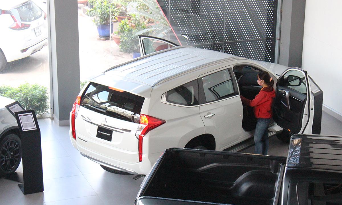 Khách tham khảo xe Mitsubishi tại đại lý. Ảnh: Phạm Trung