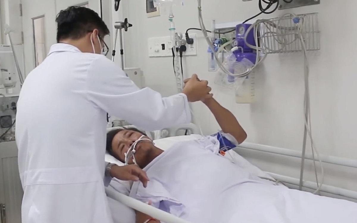 Anh Tâm đang hồi phục, tỉnh táo và có thể cử động được theo hướng dẫn của bác sỹ. Ảnh: Bệnh viện cung cấp.