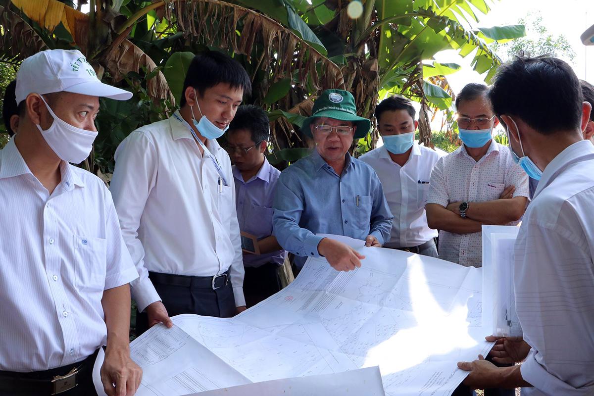 Đoàn kiểm tra thị sát khu vực đất xây cao tốc Phan Thiết - Dầu Giây ngày 21/8. Ảnh: Thái Hà