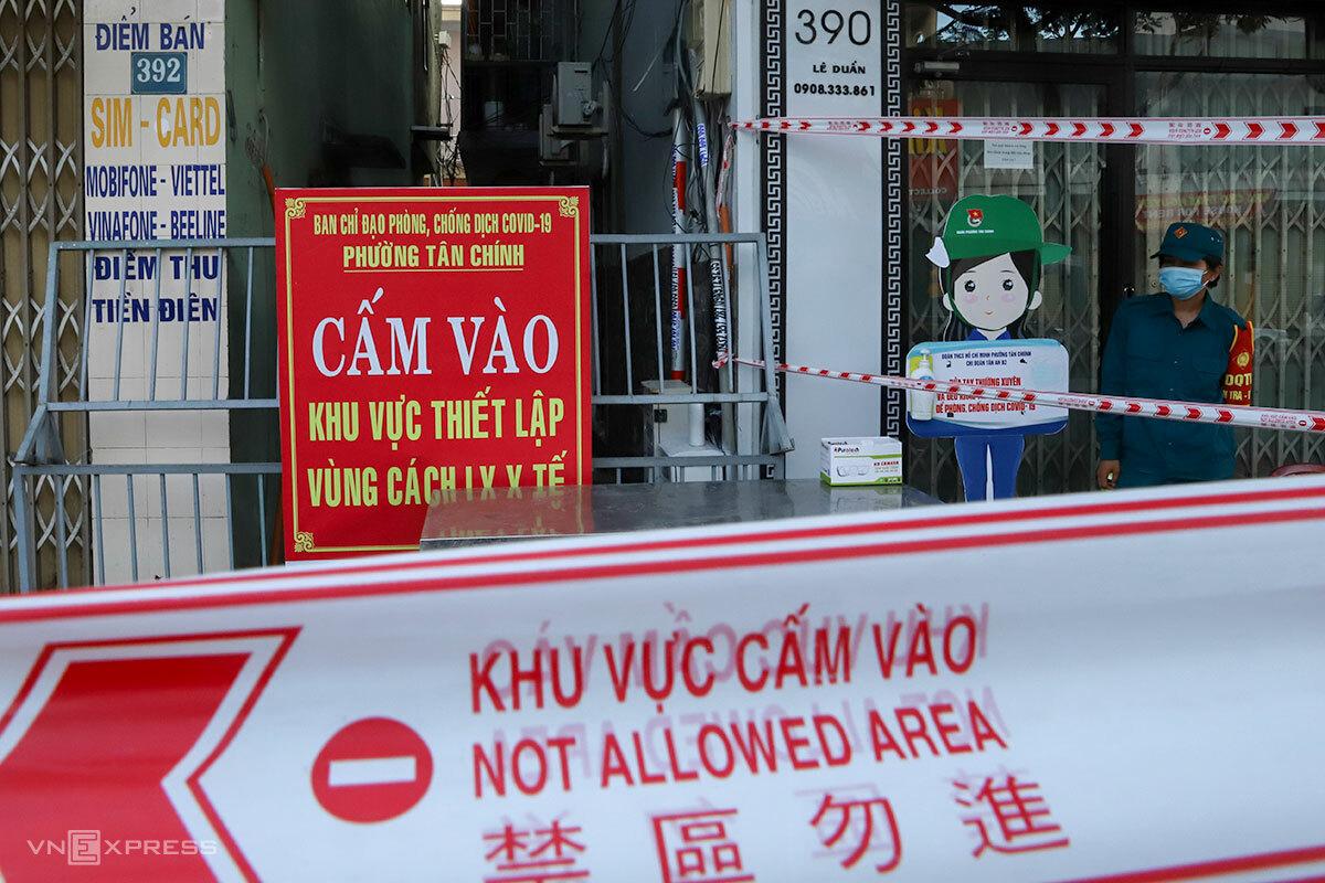Một khu vực dân cư trên đường Lê Duẩn đang phải phong toả vì có ca mắc nCoV. Ảnh: Nguyễn Đông.