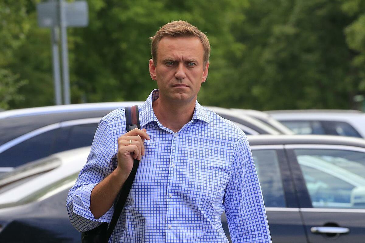 Lãnh đạo đối lập Nga Alexei Navalny đi bộ trước khi dự phiên điều trần của tòa án Moskva, Nga, hôm 1/7/2019, với cáo buộc tham gia một cuộc biểu tình trái phép. Ảnh: Reuters.