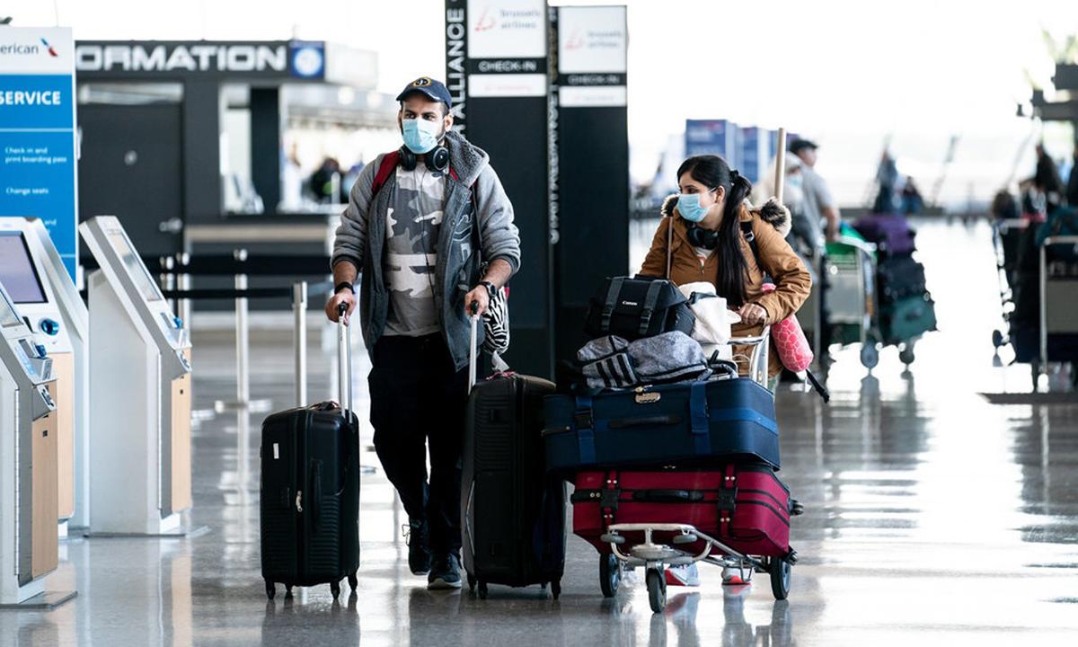 Hai hành khách ở sân bay quốc tế Dulles, ở Virginia hồi tháng 3. Ảnh: NYTimes.