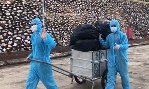 Bộ đội dọn rác trong khu cách ly