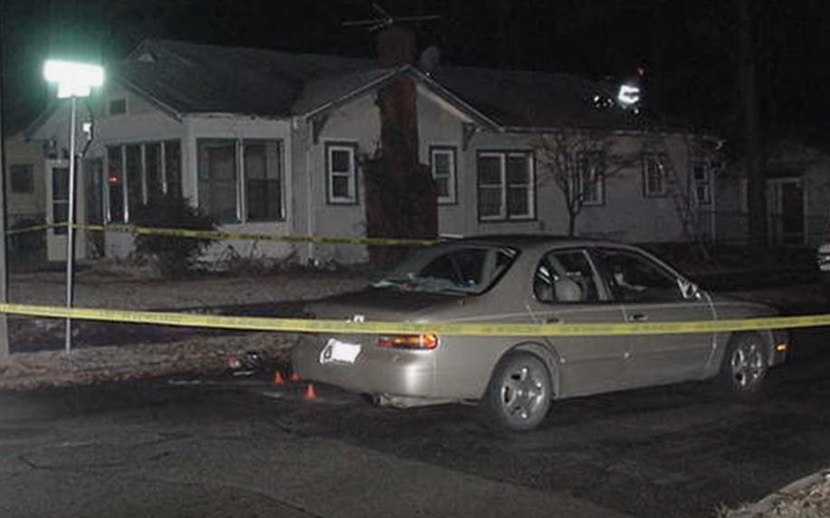 Xe của Kenneth Maxwell đỗ trước căn nhà bị cháy. Ảnh: Filmrise.