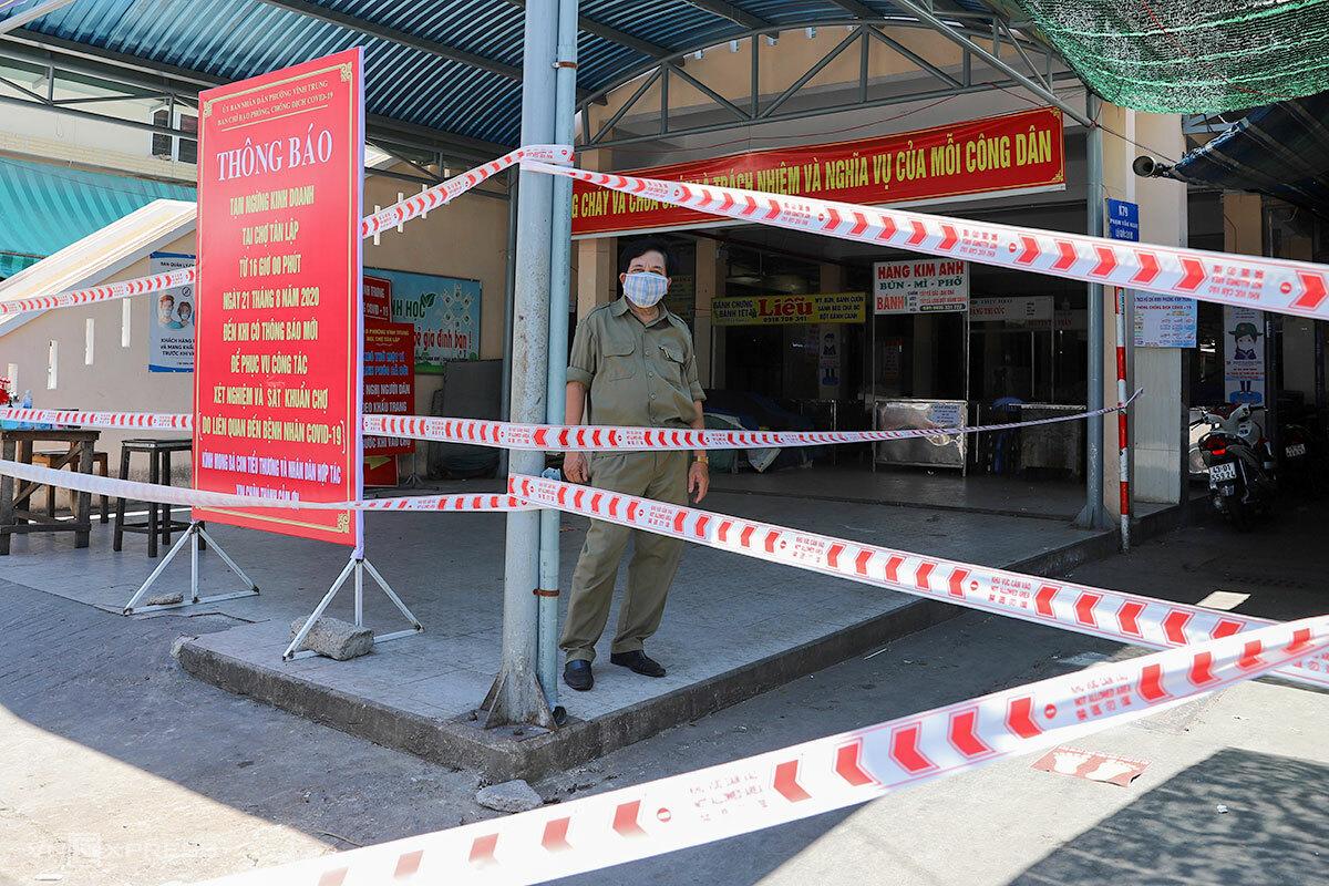 Chợ Tân Lập được căng dây phong toả. Ảnh: Nguyễn Đông.