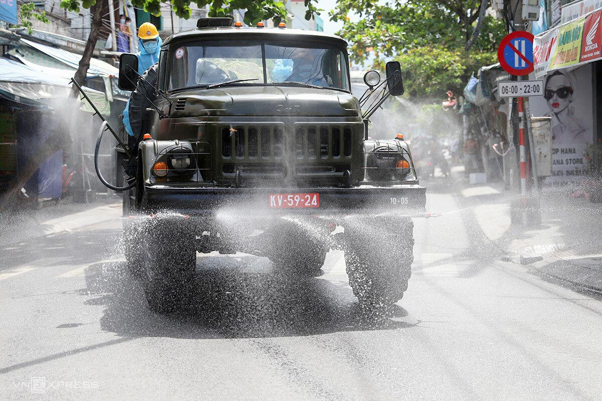 Xe quân đội phun hoá chất khử khuẩn trên đường phố thuộc quận Thanh Khê, chiều 22/8. Ảnh: Nguyễn Đông.