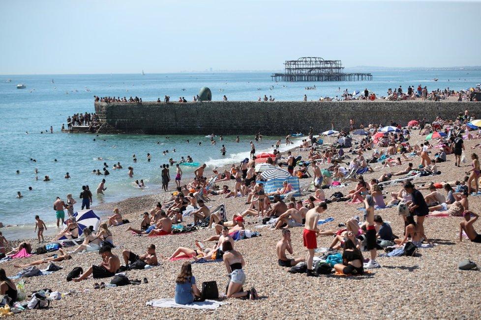 Nhiều người tới bãi biển ở Brighton, Anh, hôm 7/8. Ảnh: Reuters.
