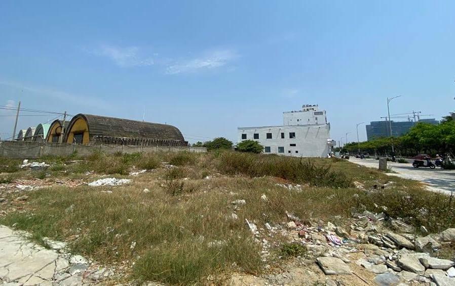 Khu đất ven tường rào sân bay Nước Mặn ở Đà Nẵng. Ảnh: Nguyễn Đông
