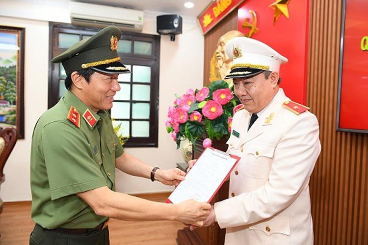 Thiếu tướng Đặng Ngọc Tuyến nhận quyết định Tân Cục trưởng Cục An ninh chính trị nội bộ hôm 28/5.Ảnh: Bộ Công an
