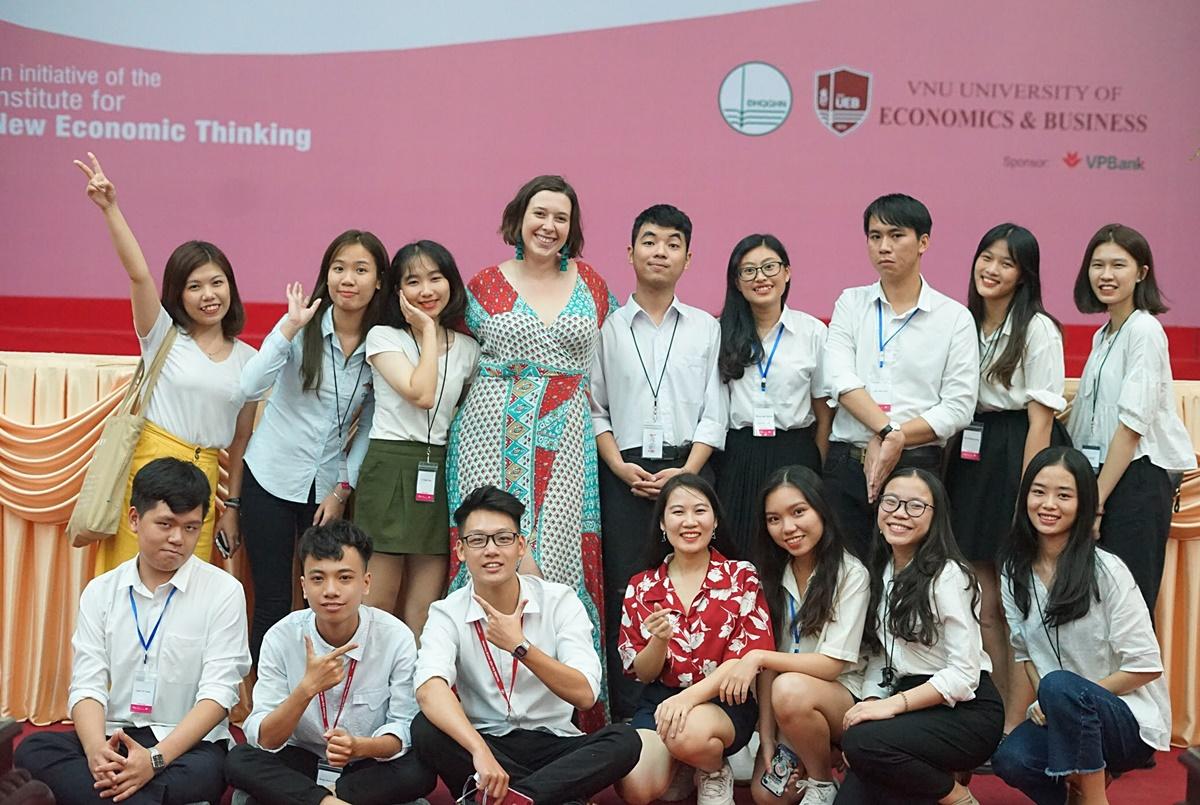 Minh Hòa (hàng trên bên trái) tại Hội nghị Kinh tế trẻ châu Á năm 2019. Ảnh: Nhân vật cung cấp