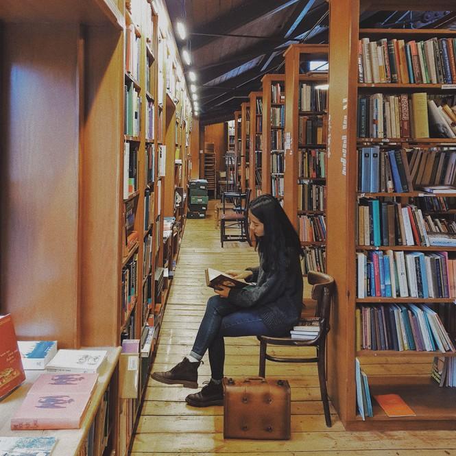 Hồng Nhung thường dành thời gian để du lịch, khám phá và tới các nhà sách và thư viện nổi tiếng để nghiên cứu về văn hoá, lịch sử của Wales.