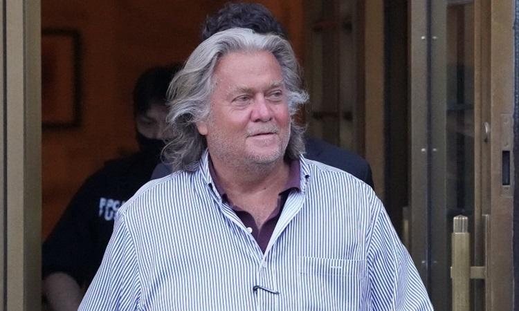 Steve Bannon rời tòa án liên bang ở thành phố New York hôm 20/8. Ảnh: AFP.