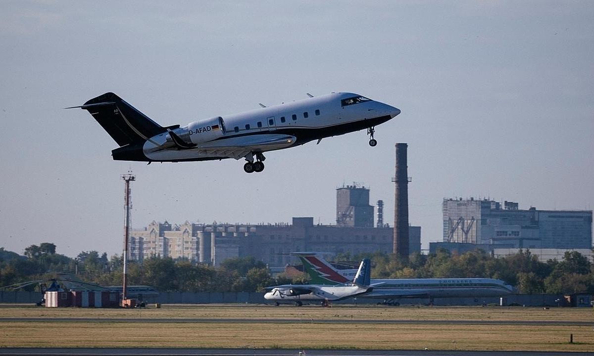 Máy bay chở ông Nalvany cất cánh từ Siberia, Nga, sáng nay. Ảnh: AFP.