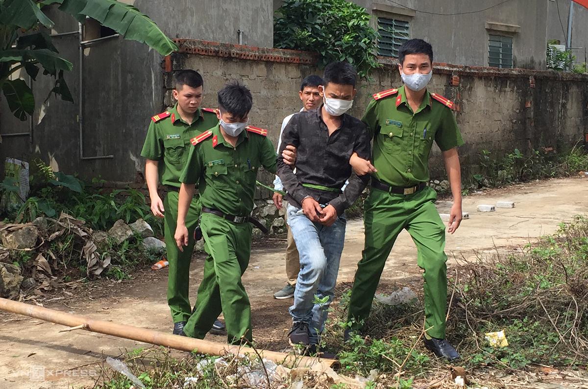 Ngày 22/8, Nguyễn Đức Thủy bị cảnh sát áp giải tới hiện trường để chỉ địa điểm gây án và hung khí. Ảnh: Anh Thư.
