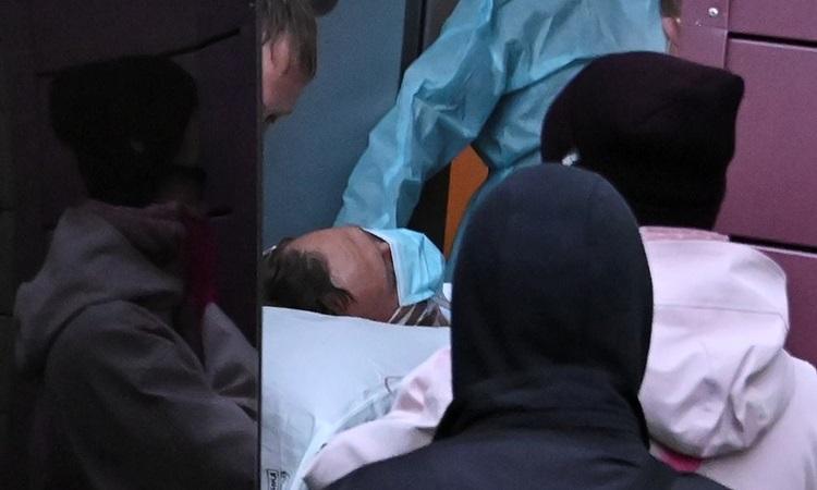 Chuyên gia y tế đưa lãnh đạo đối lập Alexei Navalny vào xe cứu thương trên đường tới sân bay để tới Đức hôm nay. Ảnh: Reuters.