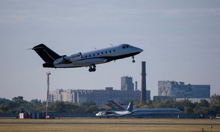 Máy bay chở lãnh đạo đối lập Nga Alexei Navalny cất cánh từ sân bay ở Siberia để tới Đức sáng nay. Ảnh: AFP.