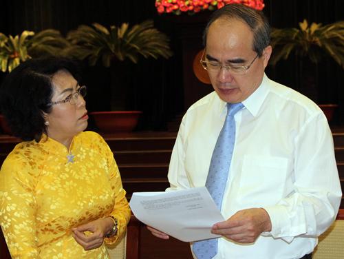 Các đại biểu trao đổi bên lề Hội nghị Thành ủy lần thứ 16. Ảnh: Mạnh Tùng.