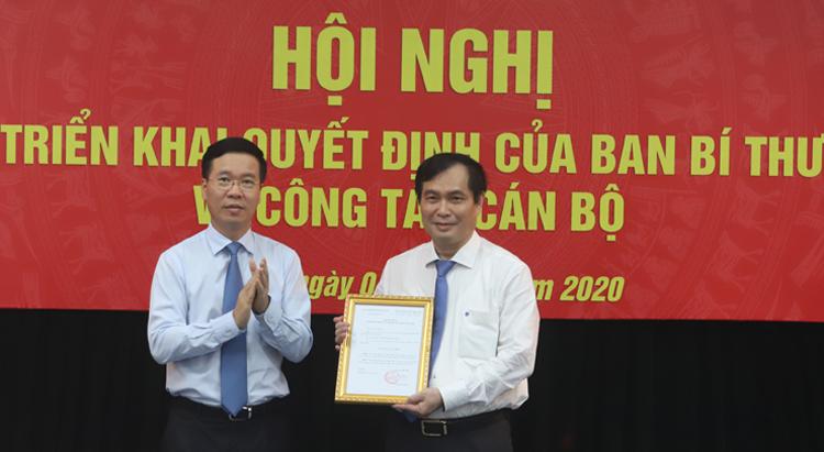 Trưởng Ban Tuyên giáo Trung ương Võ Văn Thưởng trao quyết định cho ông Phan Xuân Thủy chiều 3/8. Ảnh: HT