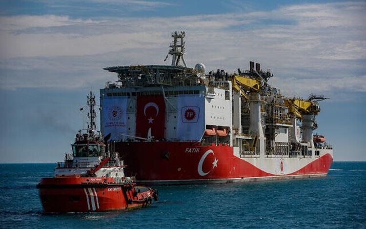 Tàu thăm dò Fatih của Thổ Nhĩ Kỳ đi qua eo biển Bosphorus hướng về phía Biển Đen hồi tháng 5. Ảnh: AP.