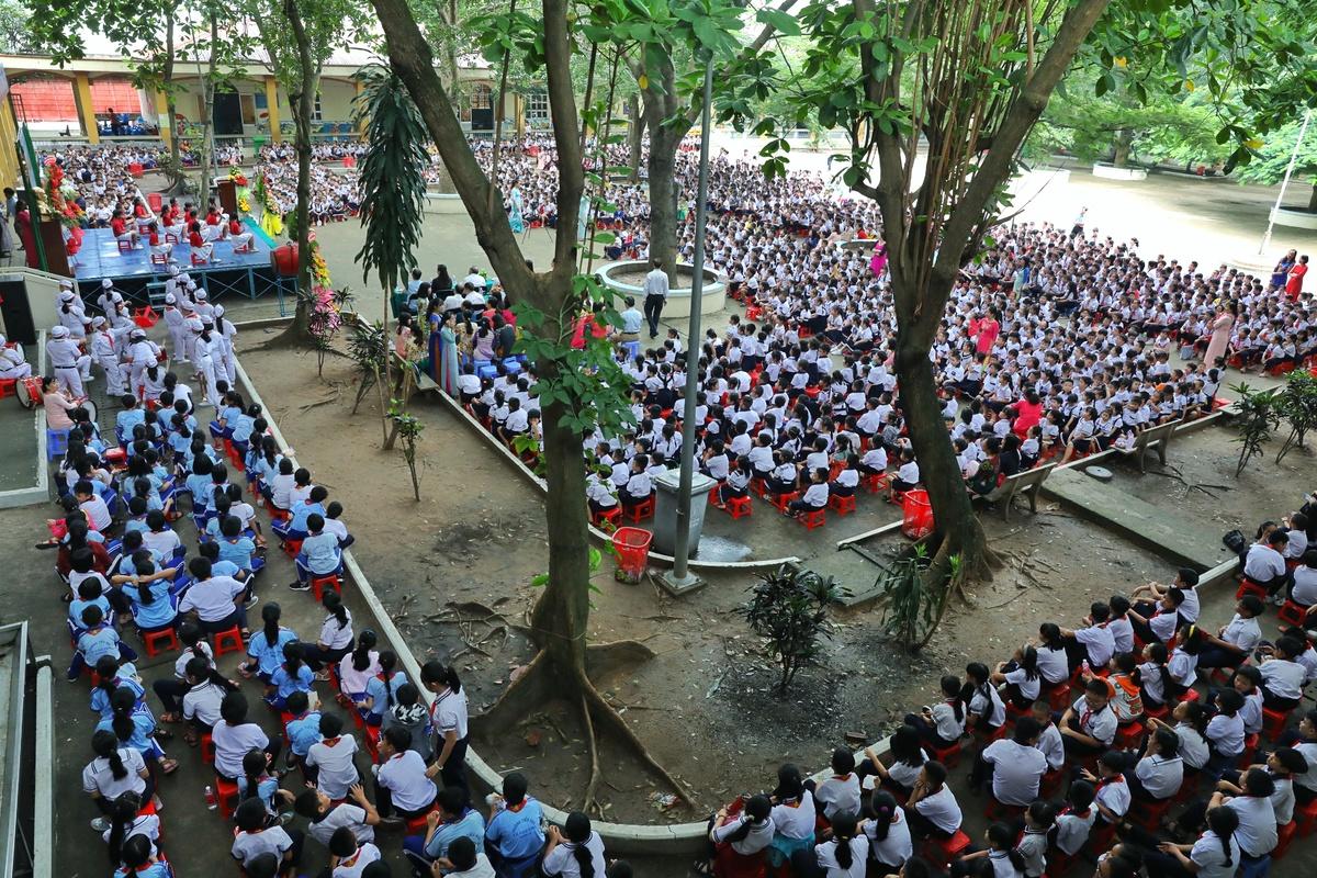 Học sinh trường Tiểu học Lê Văn Thọ (quận 12), nơi có 4.700 học sinh trong năm học 2019-2020. Ảnh: Hữu Khoa.