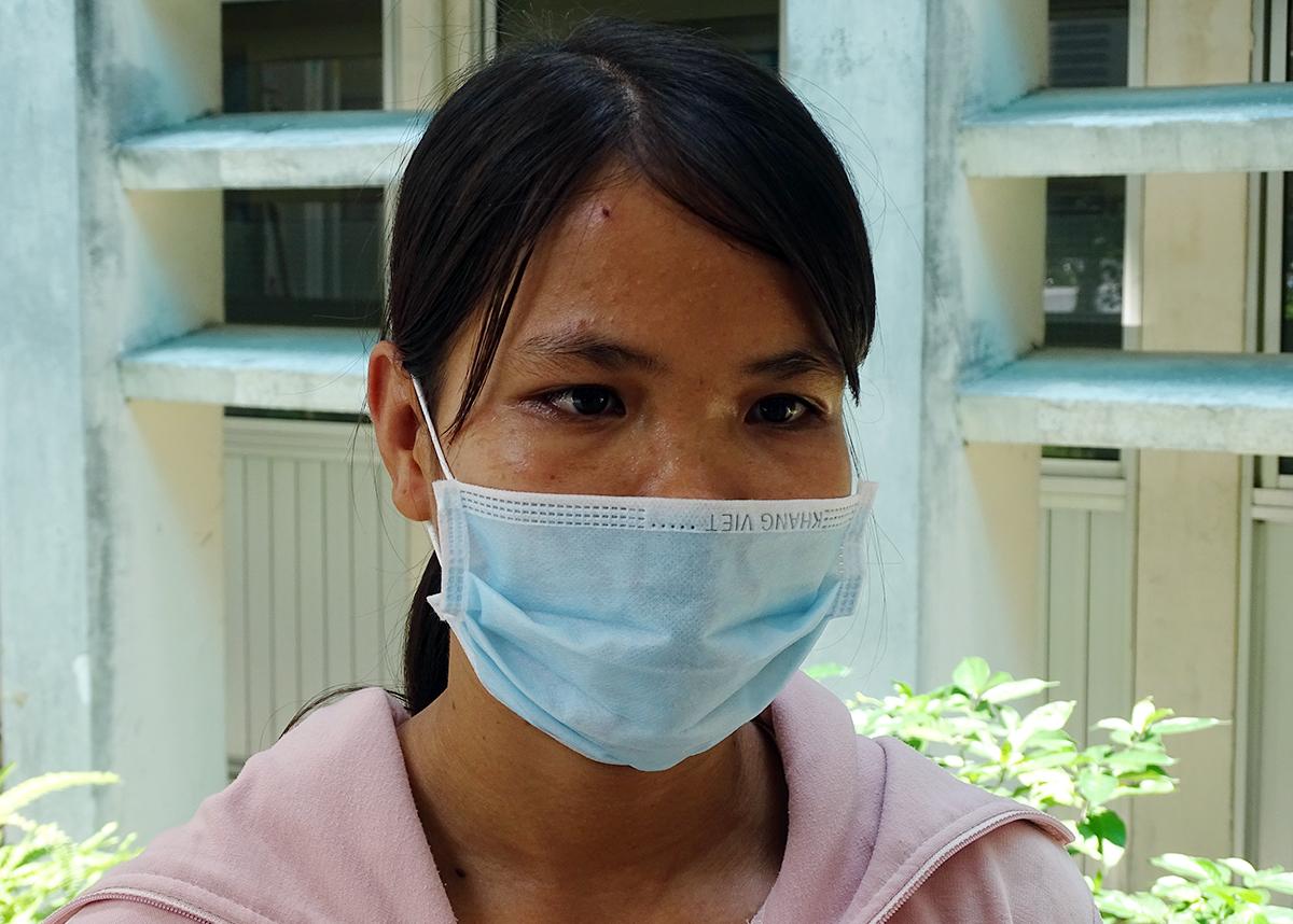 Chị Bùi Thị Ngọc Tuổi kể lại chuyện anh Tâm bị rắn cắn, đang điều trị tại Bệnh viện Chợ Rẫy, chiều 21/8. Ảnh: Hà An.