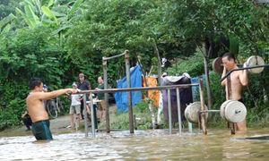Tập thể dục bên bờ sông Hồng ngập nước