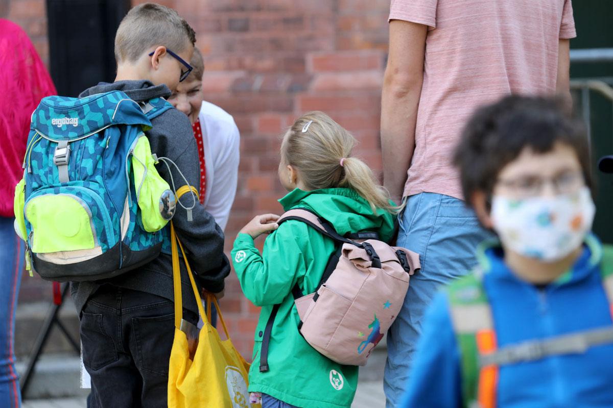 Học sinh tiểu học tại thành phố Rostock, Đức đi học trở lại. Ảnh: DPA.