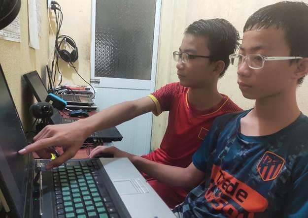 Hai anh em Lâm Anh Kiệt (áo đỏ) và Lâm Nguyễn Anh Tuấn cùng yêu thích lập trình, được ba định hướng học CNTT từ nhỏ.