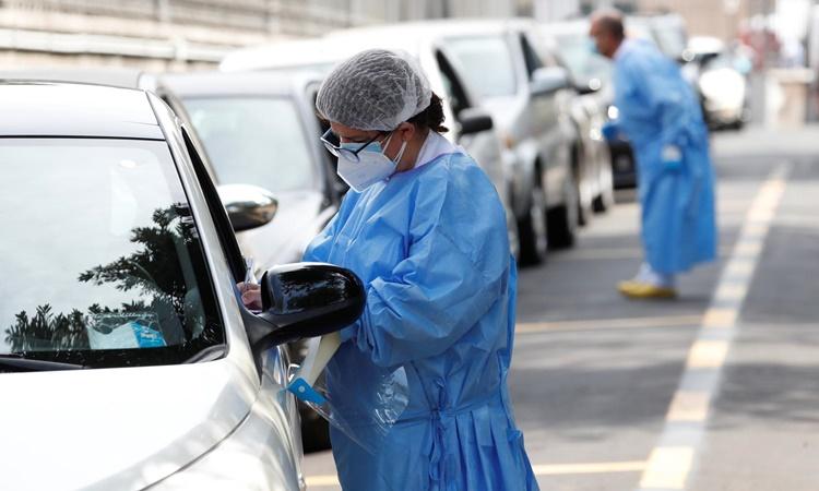 Dòng xe xếp hàng tại một trung tâm xét nghiệm nCoV nhanh tại bệnh viện San Giovanni, Rome, Italy, ngày 18/8. Ảnh: Reuters.