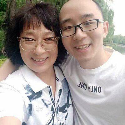 Lý Tĩnh Chi và con trai chụp ảnh tại công viên hồi tháng 5 ở Tây An. Ảnh: BBC.